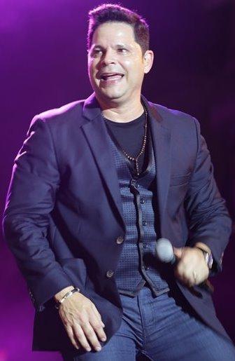 Foto de Rey Ruiz cantando en el escenario