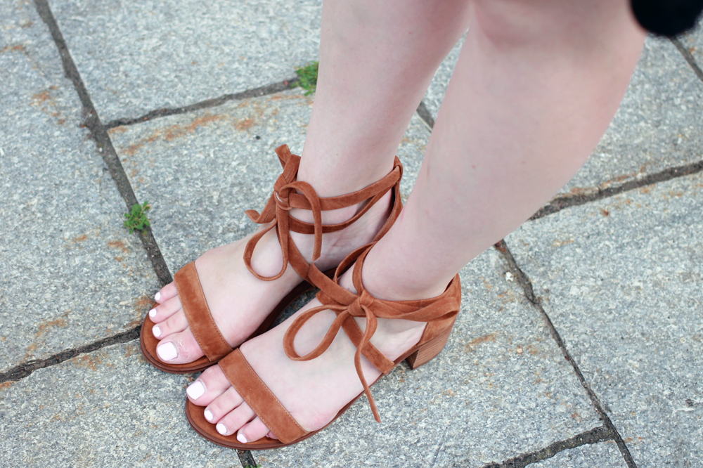 steve madden rizzaa sandals, lace up sandals, camel lace up sandals, camel loves black, boston blogger summer, old navy shift dress, old navy summer dress, old navy black dress, boston blogger influencer, boston style influencer,