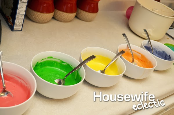Housewife Eclecitc: Leprechaun Rainbow Cupcakes, the perfect St. Patrick's Day treat.