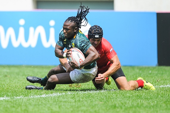 Seabelo Senatla of South Africa scores a try during match between South Africa and Russia at the HSBC Paris Sevens