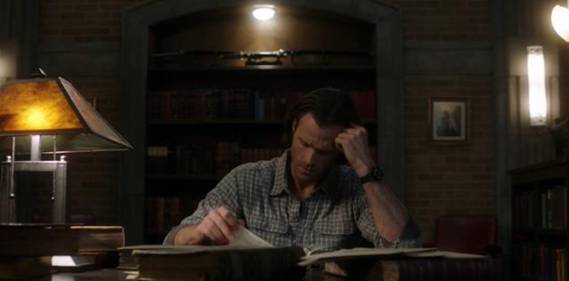 Сэм Винчестер в бункере читает книгу
