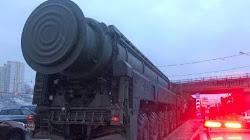 """Xe mang Tên lửa đạn đạo """"Liên Lục Địa"""" của Nga bị kẹt trong một vụ tắc đường"""