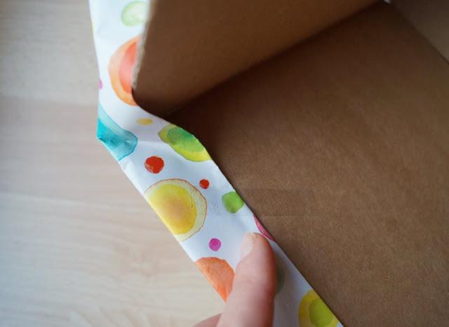 DIY: Bücherbox aus Windelkarton basteln (Eine einfache Idee). Die Box bzw. Schachtel wird in Geschenkpapier eingeschlagen, das ist kinderleicht.