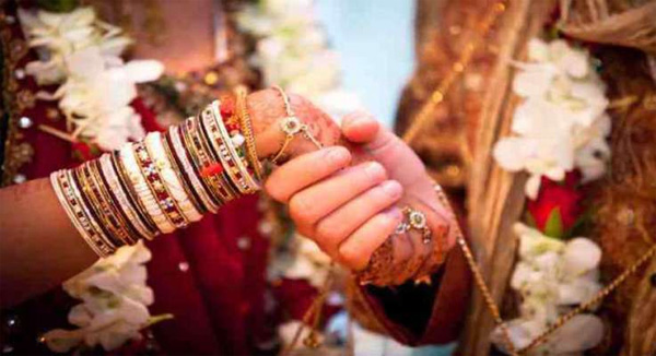News, World, Pakistan, Karachi, Marriage, Wife, Police, She Give a gift for his Husband Marriage