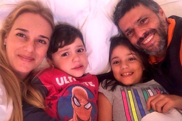 Lilian Tintori publica una foto de ella en casa con Leopoldo y sus hijos