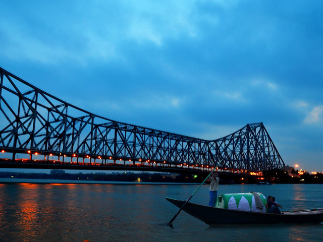 Hawra bridge is a famous bridge in Kolkata having various features. Download its wallpapers and images.