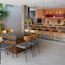 Espaço gourmet rústico e contemporâneo com tijolinhos, madeira de demolição e concreto!
