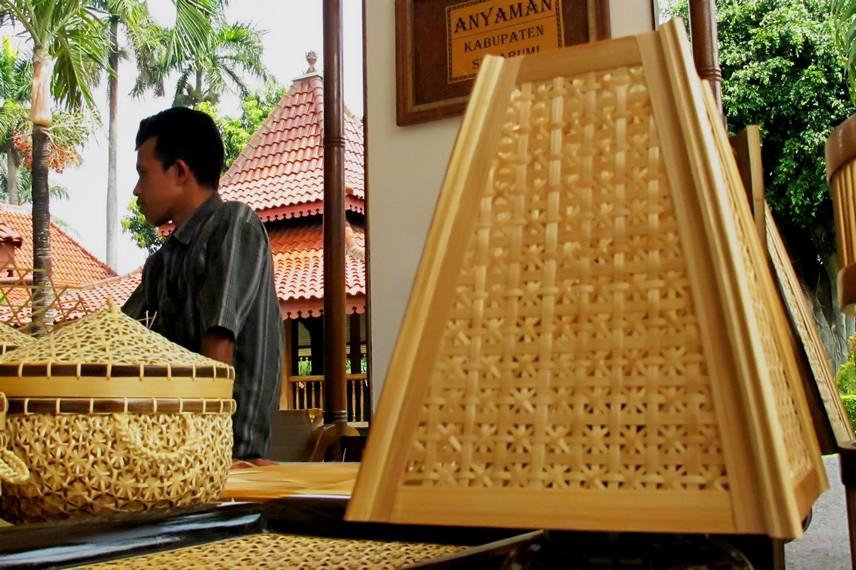 Lampu anyaman bambu