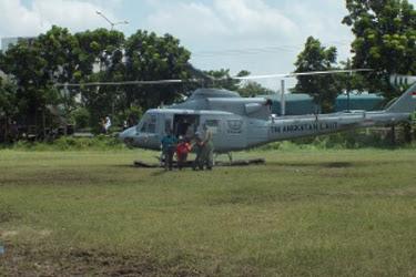 Heli TNI AU Mendarat di Lapangan, Rupanya Sang Pilot Kangen Ibunya Yang Penjual Sayur