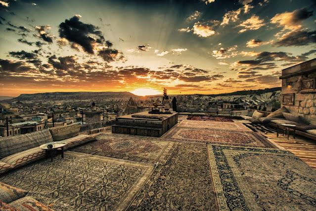 Alba a Goreme su una terrazza coi tappeti-Cappadocia