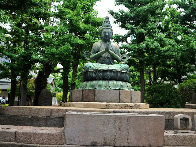 Une statut au alentour du Temple d'Asakusa.