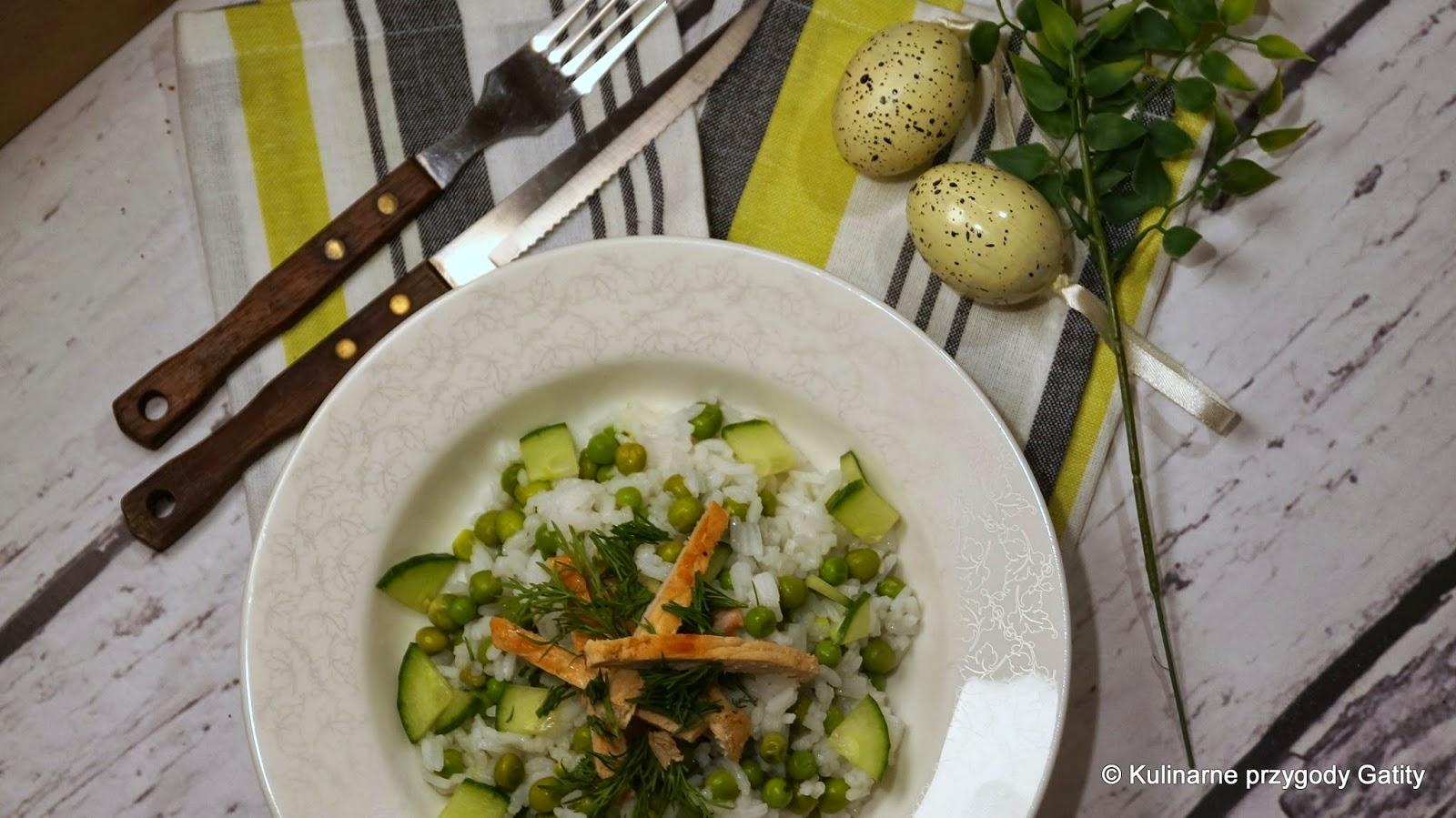 kolorowa-salatka-na bialym-talerzu