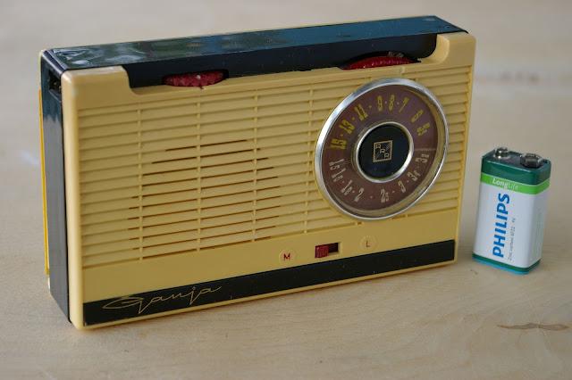 """Радиоприёмник """"Гауя"""" / Radio """"Guja"""". Вариант с зарядным устройством (на левой стенке вверху виден разъем для подключения шнура)"""