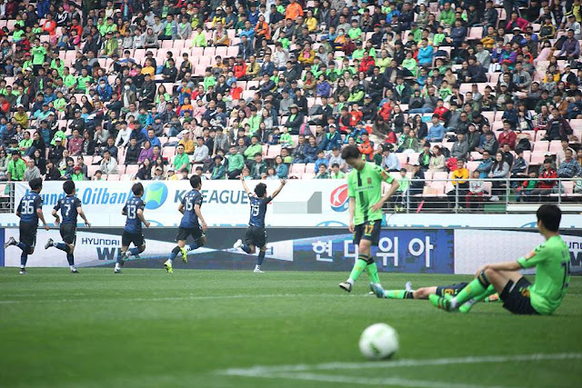 Incheon's Song Si-woo celebrates his team's deserved last minute equaliser against Jeonbuk in front of the home support  (Photo Credit: Incheon United Official Facebook Page)