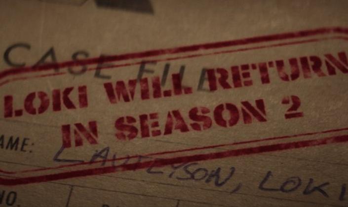 """Imagem de capa: um pedaço de papel de um arquivo com o nome Loki Laufeysson, escrito a caneta e um carimbo vermelho que diz Loki will return in second season ou seja """"Loki vai retornar na segunda temporada""""."""