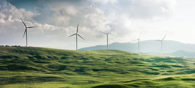 La energía limpia, como la eólica, es un elamento clave para alcanzar las cero emisiones de gases de efecto invernadero.Unsplash/Appolinary Kalashnikova