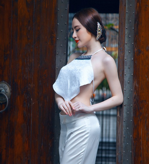 Angela Phương Trinh mặc áo yếm thả rong vòng 1