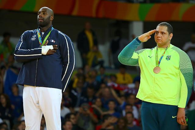 Teddy Riner e Rafael Silva no pódio da categoria acima de 100kg das Olimpíadas Rio 2016