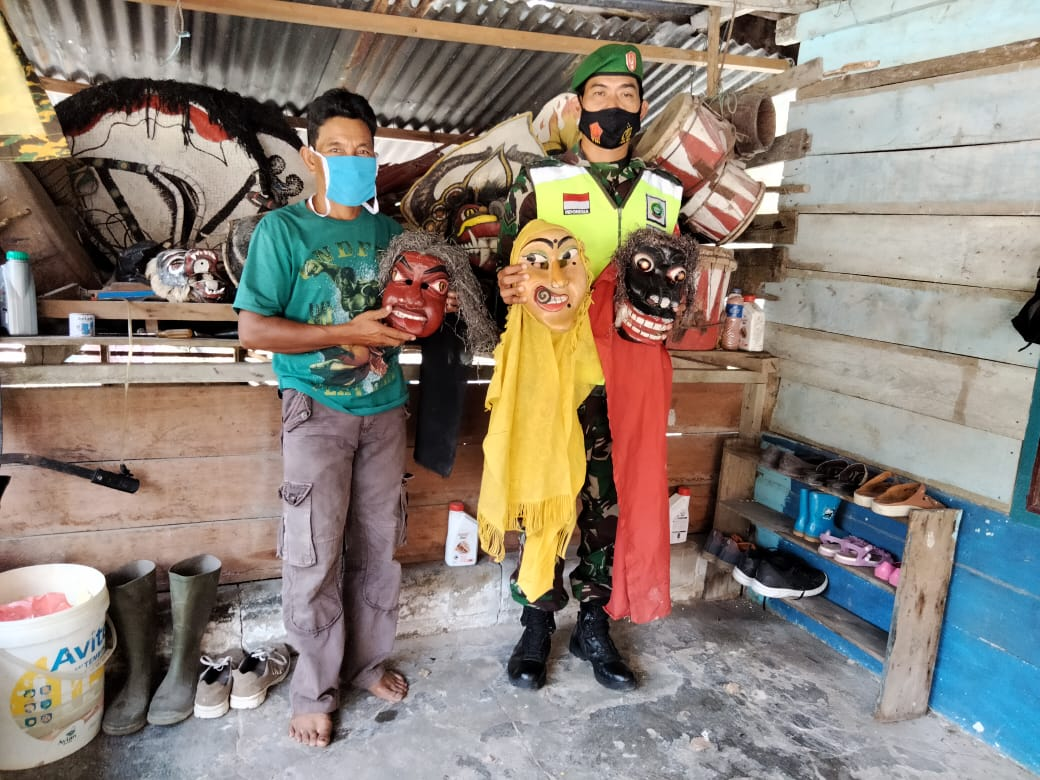 Lakukan Komsos Dengan Pelaku Seni dan Budaya Tari Kuda Lumping, Babinsa Desa Tapau Himbau Masyarakat Terapkan Prokes Covid-19