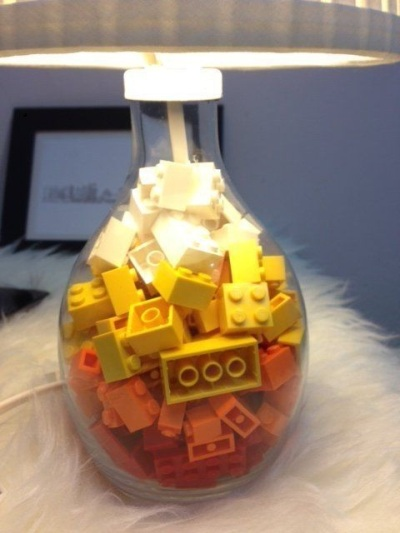 18. Lego untuk menghias lampu meja