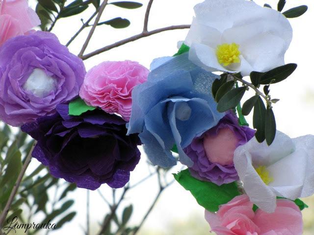 Γιρλάντα από χάρτινα λουλούδια.