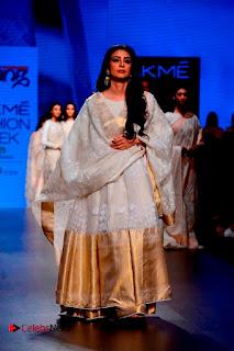 Actress Tabu Walk on Ramp for Gaurang Shah at Lakme Fashion Week  0018.jpg
