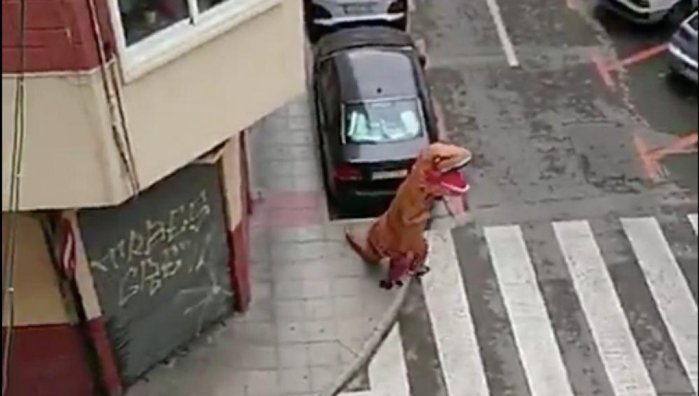 La ingeniosa respuesta de la Policía tras pillar a un 'dinosaurio' paseando por Murcia en pleno estado de alarma