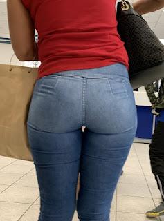 Bonita mujer usando pantalones apretados