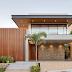 Fachada de casa contemporânea cinza com pedra moledo + painel e forro de madeira!