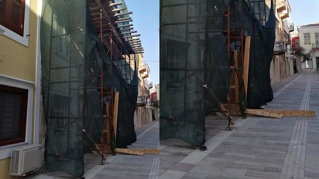 Κτίριο και σκαλωσιά υπό κατάρρευση απειλή για τους διερχόμενους στο Ναύπλιο