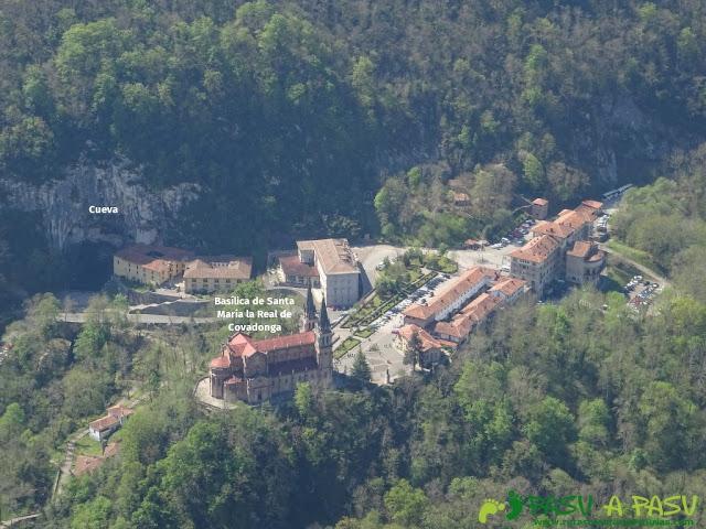 Vista con zoom de Covadonga y su Cueva desde la Cruz de Priena