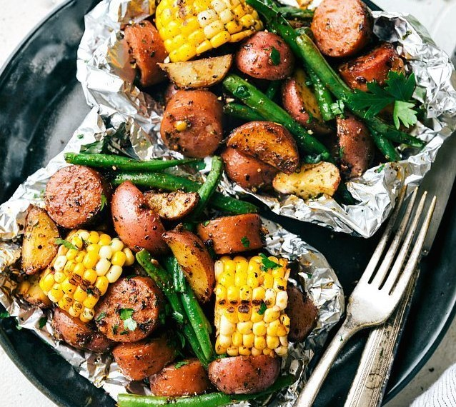 FOIL PACK GARLIC BUTTER SAUSAGE & VEGGIES #vegetarian #dinner