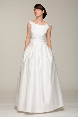 Jackie Kennedy S Wedding Gown Featured Off The Shoulder Cap Sleeves And A Full Skirt This Dress Shows How Timeless Look Was