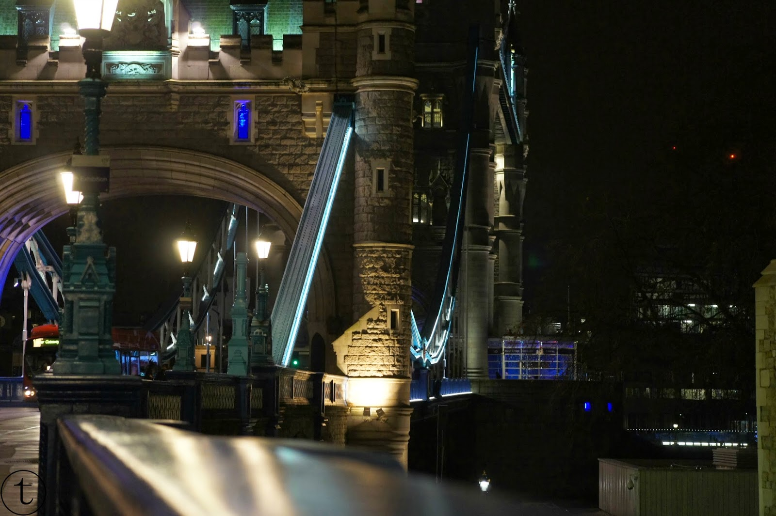 the tower bridge by night