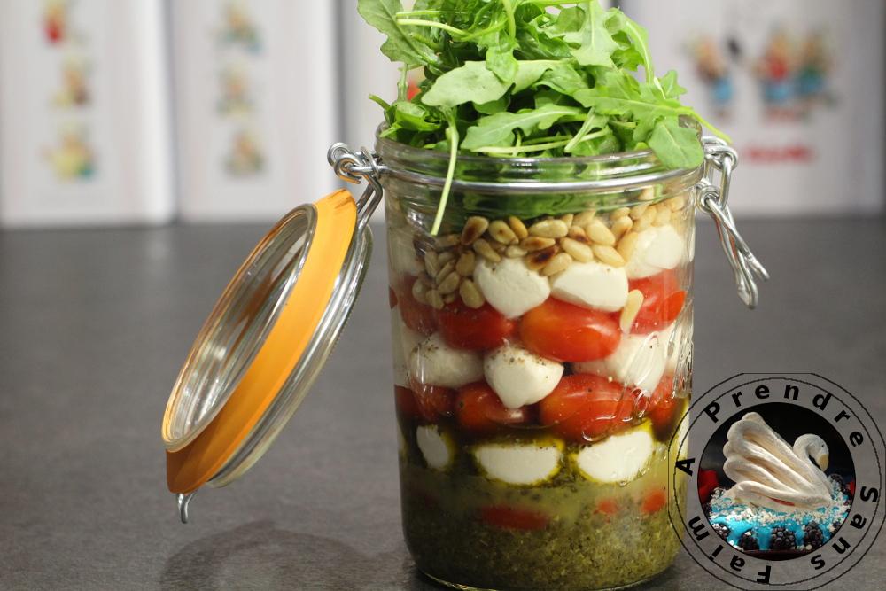 Salade tomates, mozzarella au pesto dans un bocal