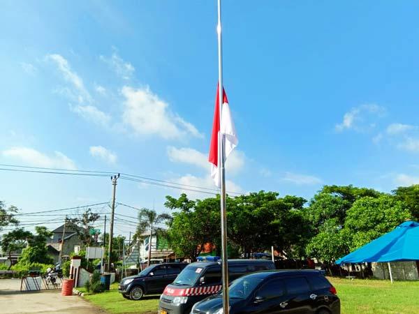 Polsek Tarumajaya Kibarkan Bendera Setengah Tiang