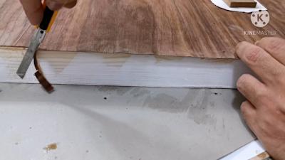 قص الزوائد من القشرة الخشب بإستخدام الكاتر