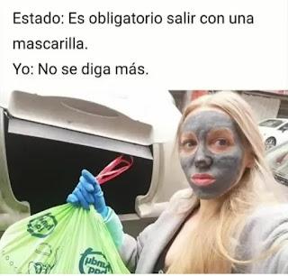 Mujer con mascarilla facial tirando la basura