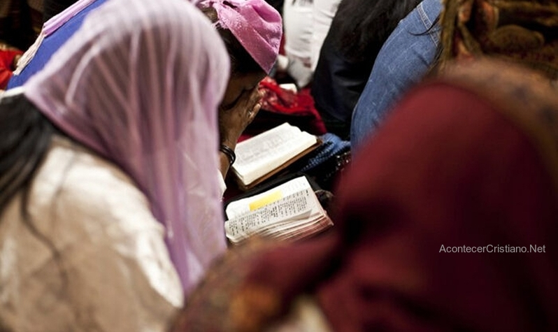 Ex musulmanes leyendo la Biblia en Medio Oriente