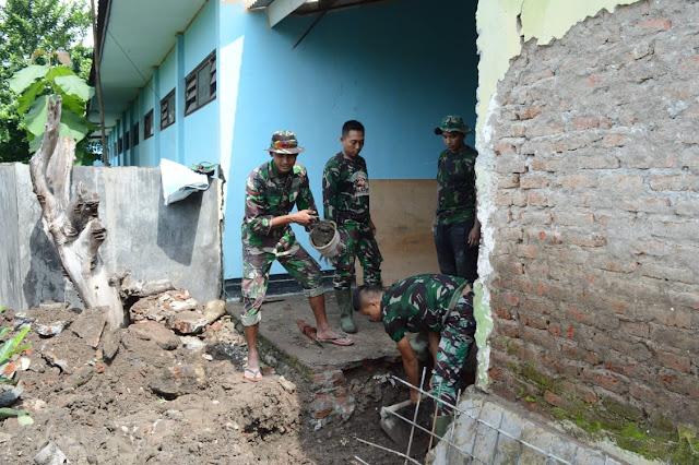 """Mojokerto, -  Libur bukanlah penghalang bagi para Prajurit yang tergabung dalam Satgas TMMD Reguler Ke-107 TA. 2020 Kodim 0815/Mojokerto di Desa Mojolebak, Kecamatan Jetis Kabupaten Mojokerto, Jawa Timur.  Seperti terlihat, hari ini, Ahad (22/03/2020), sejumlah anggota Satgas TMMD 107 yang berasal dari beberapa satuan, terlihat beraktivitas seperti biasa, mengerjakan sejumlah sasaran fisik, salah satunya renovasi perpustakaan SDN Mojolebak.  Pantauan di lapangan, para Prajurit yang terbagi dalam beberapa kelompok kecil, sedang mengerjakan sesuai sektor tugas yang menjadi tanggung jawabnya. Sebagian ada yang memasang pondasi tambahan, ada pula yang merangkai betonaser, membuat adukan pasir dan semen (PC) dengan bantuan molen serta melakukan pengecoran.  Ada pemandangan menarik, saat para Prajurit mendistribusikan material cor secara berantai dari tangan ke tangan, mengingatkan kita dengan tradisi gotong royong, dengan sejumlah manfaaf yang bisa dipetik, diantaranya semangat kebersamaan dan guyub sehingga pekerjaan menjadi lebih ringan dan lebih cepat selesai.  Dansatgas TMMD Ke-107 Kodim 0815/Mojokerto Letkol Inf Dwi Mawan Sutanto, SH., saat dikonfirmasi mengungkapkan, dalam TMMD kali ini terdapat sejumlah sasaran fisik yang harus dikerjakan dan dituntaskan sesuai batasan waktu yang telah ditentukan. Satgas TMMD diharuskan mampu memanage waktu dengan kegiatan yang ada utamanya pengerjaan obyek yang menjadi sasaran fisik dalam TMMD ini.  Satgas harus mampu mengatur waktu yang ada dengan target yang harus dicapai dari sejumlah sasaran fisik tersebut, salah satu caranya melalui mengebut pekerjaan sesuai kendali waktu yang ada.  """"Apabila semua target tercapai sebelum alokasi waktu TMMD berakhir, maka anggota Satgas bisa lebih santai dalam beraktivitas yang lainnya,"""" ungkapnya.  """"Terlebih di lokasi TMMD ini, kondisi medannya tidak terlalu sulit karena wilayah Utara Sungai Brantas mayoritas dataran rendah dan sebagian kecil pebukitan, tidak seperti di bagian Selatan Mojoke"""