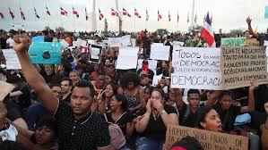 Los indignados de la Plaza de la Bandera y la barba en remojo de los partidos políticos