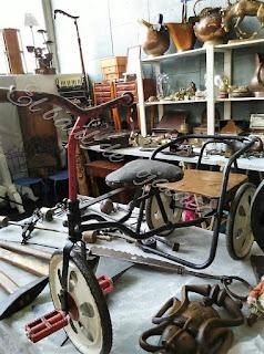 Antiguo triciclo en el desembalaje de Noja