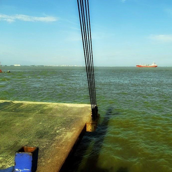 Lagoa dos Patos e cidade de Rio Grande vistos da balsa em São José do Norte