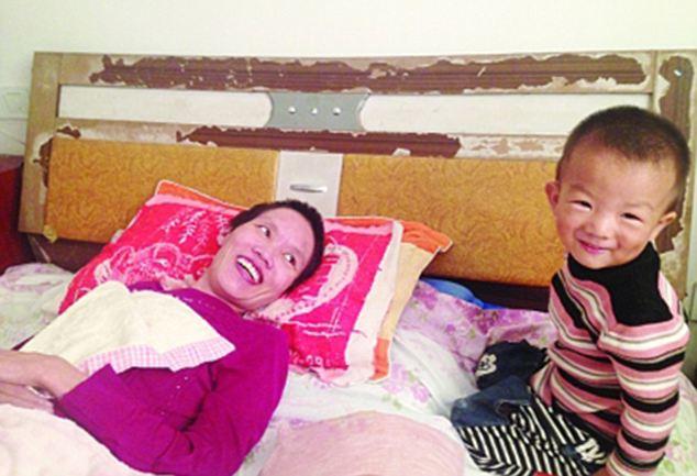 Anak Berbakti, Rela Kunyahkan Makanan Untuk Ibunya Yang Lumpuh