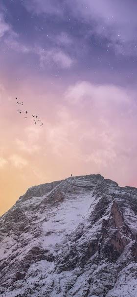 خلفية قمة جبلية مغطاة بالثلوج البيضاء