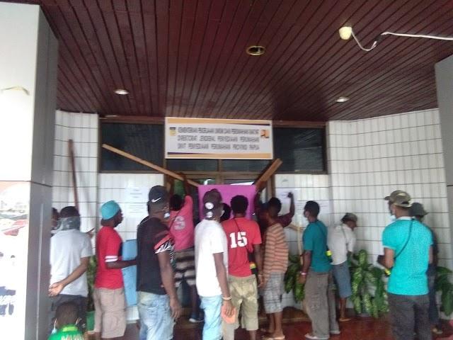 Aksi Palang Kantor Balai PUPR, Lima Suku Wilayah Adat Papua Tolak Omri Sianturi sebagai Kepala Balai Perumahan