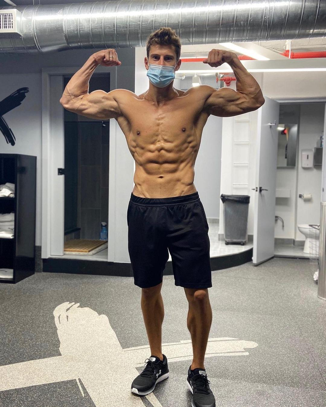 shirtless-muscle-guy-face-mask-biceps-flex
