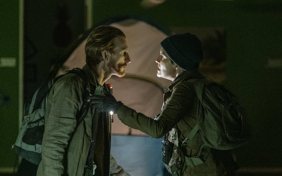 Althea y Dwight planean su huida del edificio infectado en el 6x03 de Fear The Walking Dead