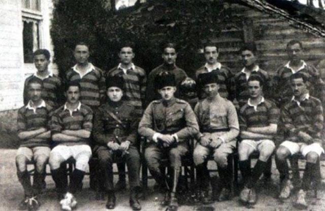 Fotoğrafta ortadaki asker üniformalı kişi, Fenerbahçe Başkanı Ömer Faruk Efendi