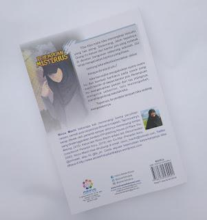 halaman belakang novel perempuan misterius